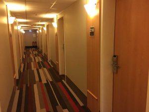 Drumul de la lift spre cameră. Nimic impresionant. Dar curat.
