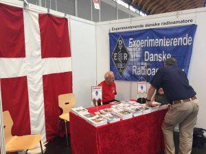 A1-547: Experimenterende Danske Radioamatörer (EDR) — asociația radioamatorilor din Danemarca; în caz că nu ai mare lucru de pus pe pereți, un drapel masiv te scoate oricând din încurcătură. Aviz [radio]amatorilor interesați care nu au ce pune la stand.