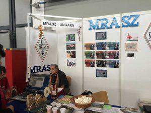 """A1-851: Amicii de la vest — MRASZ Magyar Radioamatör Szövetseg — asociația radioamatorilor maghiari. Tokai, palincă și ceva care mi-a amintit de fulgii de creveți de pe vremurile """"bune"""" (în coșul din centru)"""