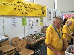 A1-866: AATiS e.V. Amateurfunk und Schule — un grup de radioamatori care își dedică timpul, energia și economiile pentru a crea proiecte în care să angreneze cât mai mulți tineri.