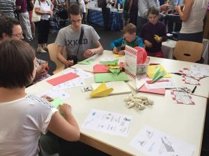 Maker Faire: Concurs de avioane de hârtie.