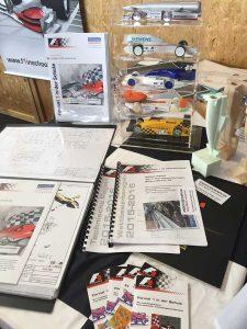 Maker Faire: F1 cu aer comprimat; un sistem cu aer comprimat propulsează două machete pe un traseu de concurs. Copiii se dădeau în vânt după asta.