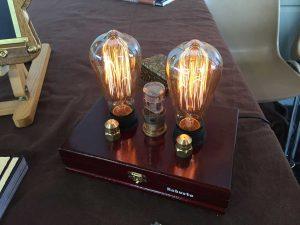 Maker Faire: becuri steampunk. E o modă cu aceste becuri care se comercializează sub denumirea de Edison bulbs.