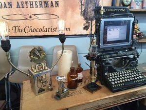 Maker Faire: Steampunk — pentru detalii, consultați cu încredere Wikipedia. Chestia din dreapta este un computer. Funcțional.